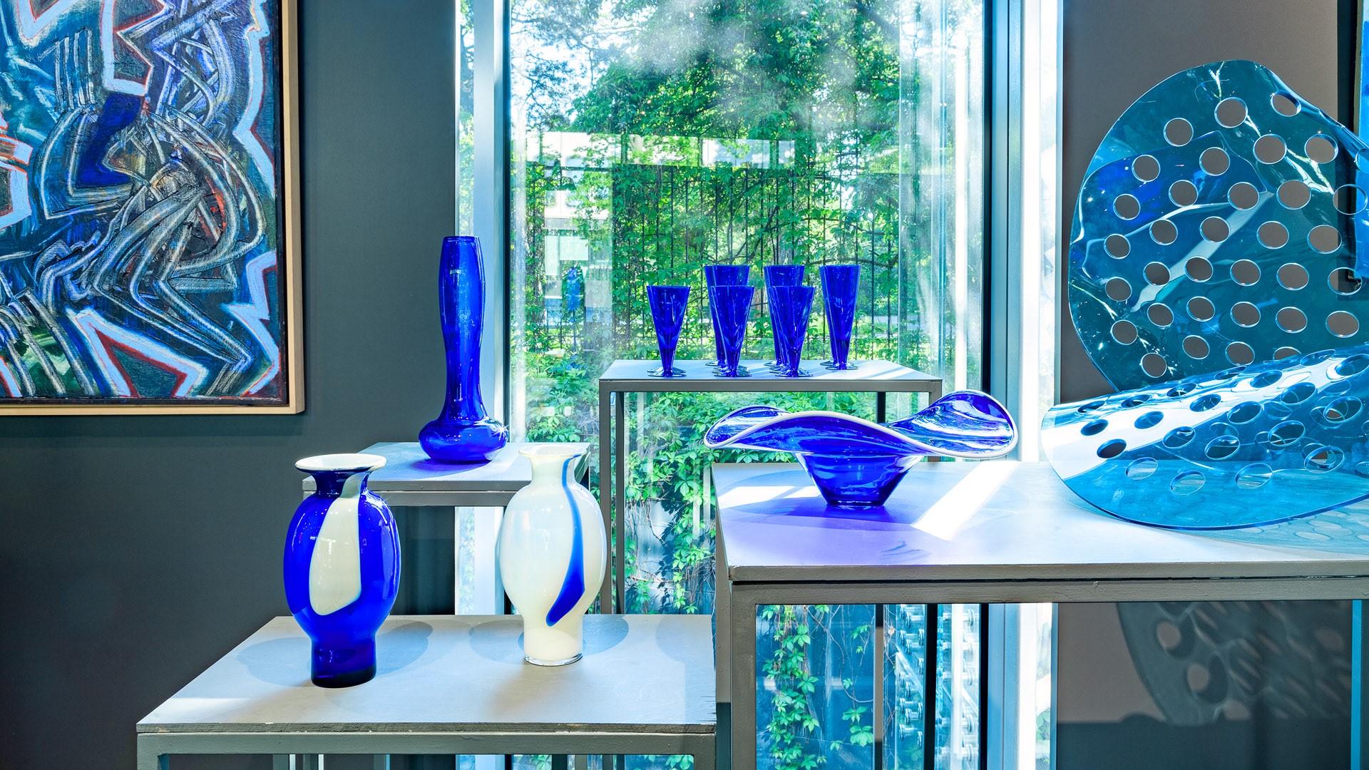 Arrangement photo of objects from Classic Blue, DESA Unicum auction